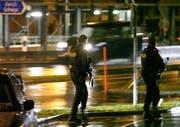 Mit Maschinenpistolen waren die Polizisten am Mittwochabend zum Bahnhof-Areal unterwegs. (Bild: Geri Holdener, Bote der Urschweiz)