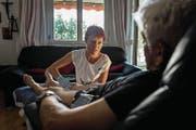 Pflegefachfrau Bianca Würsch pflegt einen älteren Mann. (Bild: PD/Tom Stoddart (Stans, 26. August 2015))