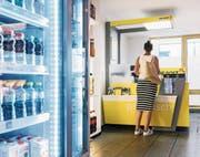 Eine Kundin in einer Postagentur, die in eine Bäckerei integriert ist. (Bild: Christian Beutler/Keystone (Luzern, 20. Juni 2017))