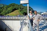 Walter Odermatt, Präsident der Baukommission (links), und Betriebsleiter Eugen Achermann auf dem neuen Betriebsgebäude. (Bild Corinne Glanzmann)
