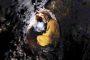 Oliver Knab, hier im Herdmandliloch am Hang der Baarburg, hat fast alle Zuger Höhlen ausgemessen und kartografiert. (Bild Werner Schelbert)