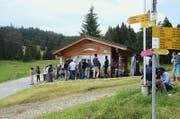 Asylbewerber treffen sich bei der Loipenhütte auf dem Langis mit Mitgliedern der Freiwilligengruppe. (Bild Martin Uebelhart)