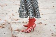 Man hoffte, sie nie mehr zu sehen: die Sockenstiefel. Sie sehen aus, als hätte der High Heel eine schwere Krankheit eingefangen. (Bild: Kirstin Sinclair (Getty Images Europe))