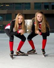 Die beiden Eisschnellläuferinnen Jasmin (links) und Vera Güntert, hier vor der Bossard Arena in Zug, sind in der Startposition für weitere sportliche Erfolge. (Bild: Maria Schmid)