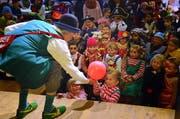 Gaukler Fulvio verzauberte die kleinen Besucher am Kindernachmittag der Guuggenmusig Seegusler in Alpnach. (Bild: Markus von Rotz)
