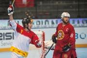 Der Schweizer Streethockeyspieler Mathieu Schildknecht jubelt, nachdem er das Tor zum 0:2 erzielt hat.