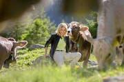 Sabine Dahinden geniesst den Dreh für ihre Sommersendungen auf der Göscheneralp. (Bild SRF)