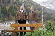 Der Engelberger Talammann Martin Odermatt (links) und Hans Kopp, Wolfenschiesser Gemeindepräsident, beim geschenkten Bänkli. (Bild Matthias Piazza)