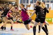 Gianna Calchini (Mitte) setzt sich gegen Laura Oberli (rechts) vom LC Brühl durch. (Bild: Philipp Schmidli (Nottwil, 17. März 2018))