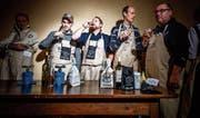 Ein Glas Wein, dann kann es losgehen: Wettstreiter in der ersten Qualifikationsrunde um das weltbeste Fondue. (Bild: Valentin Flauraud/Keystone (Tartegnin, 18. November 2017))