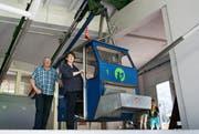 Verwalterin Josy Joller und Betriebsleiter James Odermatt in der Talstation der über 80-jährigen Wiesenbergbahn. (Bild: Corinne Glanzmann / Neue NZ)
