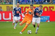 Hat beim FC Luzern einen schweren Stand: Sebastian Schachten (rechts) im Vorrundenspiel gegen GC-Angreifer Caio. (Bild Philipp Schmidli)