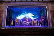 Bild aus der Tellspiel-Probe: Die gesamte Rütlilandschaft wird mit Laser- und Videotechnik auf die Bühne des Theaters Uri projiziert. (Bilder F. X. Brun)