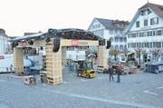 Die Bühne steht schon fast, und der Zeitplan ist eingehalten: Aufbauarbeiten in Stans. (Bild: Franziska Herger (Stans, 22. November 2017))