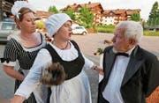 Stubenmädchen, Köchin und Kellner berichten über die Menüwahl der Gäste vor 100 Jahren. Von links: Tanya Schläpfer, Esther Truttmann und Paul Truttmann. (Bild: Christoph Näpflin (Seelisberg, 19. Juni 2017))