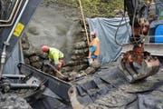 Sanierungsarbeiten an der 100-jährigen Husenbachbrücke (oben) und an einer Trockensteinmauer unterhalb «Käppeli». (Bilder Robert Hess)