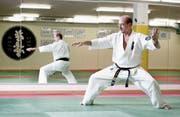Karateka Klaus Ming im Trainingsraum des Karate Do Obwalden. (Bild: Corinne Glanzmann (Sarnen, 18. August 2015))