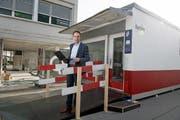 Ivan Buck, Leiter Marketing und Verkauf der ZB, vor dem Container, der seit Donnerstag in Betrieb ist. (Bild: Corinne Glanzmann (Stans, 30. August 2017))