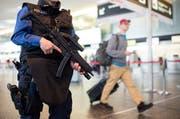 Am Sonntag wird der Flughafen in Brüssel mit neuen Sicherheitsvorkehrungen wieder geöffnet. Im Symbolbild: Der Flughafen Zürich. (Bild: KEYSTONE/Ennio Leanza)