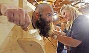 Gewinner Richi Bieri geht es an den Bart. (Bild: Beat Christen (Engelberg, 28. Oktober 2017))