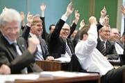 Noch müssen die Parlamentarier des Zuger Kantonsrats bei Abstimmungen die Hände in die Höhe halten. (Bild Stefan Kaiser)