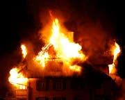 Flammen schlagen aus dem Gebäude. (Bild: Geri Holdener)