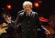 Bob Dylan während eines Konzerts im Jahr 2012 in Los Angeles. Ob Dylan den Literaturnobelpreis in Stockholm nachträglich abholt ist unklar. (Bild: Keystone/Chris Pizello)
