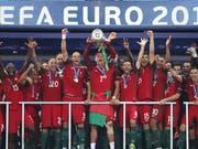 Der Moment des Triumphs für Cristiano Ronaldo und seine Teamkollegen (Bild: KEYSTONE/AP/THANASSIS STAVRAKIS)