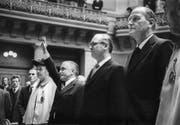 Am 5. Dezember 1973 werden Hans Hürlimann, CVP (Mitte), Georges-André Chevallaz, FDP (links), und Willi Ritschard, SP, als neue Bundesräte vereidigt. (Bild: Keystone)