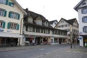 Dorfplatz 4/5 in Stans: Dem Pächter der Pizzeria mit Laden und den Mietern wurde wegen des heiklen Gebäudezustands gekündigt. (Bild Corinne Glanzmann)
