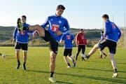 Innenverteidiger Lucas Alves (vorne) trainierte am Freitag erstmals mit dem FC Luzern. (Bild: Martin Meienberger/Freshfocus (Marbella, 13. Januar 2017))