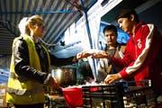 Raphaela Gisler im Grenzgebiet von Serbien am «Rastplatz». Die Urnerin serviert Flüchtlingen eine Gratis-Mahlzeit. (Bild: PD)