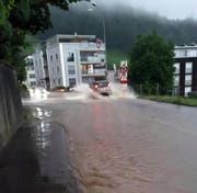 Auf der Rickenbachstrasse in Schwyz ist vorsichtiges Fahren angesagt. (Bild: Leserbild Bote der Urschweiz)