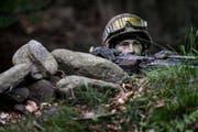 Ein Grenadier-Rekrut blickt über den Rand einer Senkung, Aufgenommen bei einer Häuserkampf-Übung der Grenadier-Rekrutenschule der Schweizer Armee in Isone TI. (Bild: Keystone)