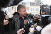 Ignaz Walker beantwortet nach der Urteilsverkündung Fragen der Medien. (Bild: Urs Hanhart (Altdorf, 22. Januar 2018))