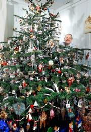 Fredi Dünnen- berger schmückt seinen Christbaum ganz nach dem Motto: Mehr ist mehr. (Bild Stefan Kaiser)