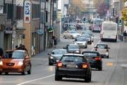Viele Autos auf der Neugasse in Zug: Nirgends in der Schweiz ist die Dichte an Autos pro 1000 Einwohner so gross wie in Zug (Archivbild). (Bild: Stefan Kaiser)