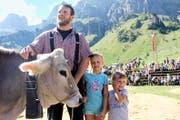 Der glückliche Festsieger mit seinen Töchtern Aline und Larissa (von links). (Bilder Paul Gwerder)