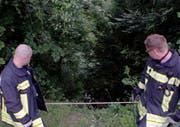 Die Feuerwehrleute mussten im steilen Hang gesichert werden. (Bild: Geri Holdener)