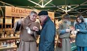 Bruder Ignazius verkauft seine Likörmischungen an Peter Krummenacher. (Bild: Corinne Glanzmann (Sarnen, 29. November 2017))