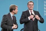 Nationalbankpräsident Thomas Jordan (rechts) und sein Vize Fritz Zurbrügg. (Bild: Peter Schneider/Keystone (Bern, 15. Dezember 2016))