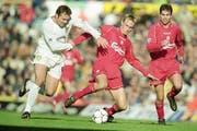 4. November 2000: Liverpools Sami Hyypiä (Mitte) und Markus Babbel (rechts) verlieren auswärts gegen Leeds United (Mark Viduka, links) mit 3:4. (Bild: Getty / Mark Thompson)