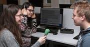 Schüler der Fachmittelschule machen Interviews für ihre eigenen Radiobeiträge. (Bild: PD)