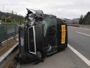 Das Fahrzeug verlor beim Aufprall das rechte Vorderrad. (Bild: Kapo Schwyz)