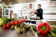Der kulinarische Direktor Mike Wehrle (links) mit einem Mitarbeiter in der Küche des Palace Hotel auf dem Bürgenstock. (Bild: Corinne Glanzmann (Bürgenstock, 29. Mai 2017))