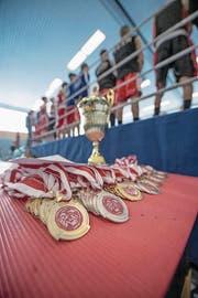 Die Medaillensätze und der Pokal stehen bereit. (Bild: Pius Amrein (Luzern, 4. März 2018))