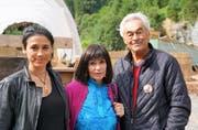 Die aktuelle Nscho-tschi Alejandra Cardona, die frühere Marie Versini und Regisseur Giso Weissbach. (Bild: Romano Cuonz (Engelberg, 15. Juli 2017))