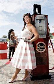 Der Glamour der Fifties erstrahlt im Wiggertal: Rund 2000 Oldtimer gilt es am «Route 66» zu besichtigen. Links im Bild: Carla Serschen, die Siegerin des Pin-up-Contests. (Bilder Corinne Glanzmann)