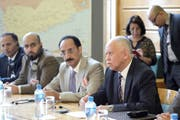 Jemens Aussenminister Riad Yassin und Jemens Minister für Menschenrechte Ezzedine al-Asbahi (v.r.) sind gestern zu Konsultationen in Genf eingetroffen. (Bild: Keystone/Martial Trezzini)