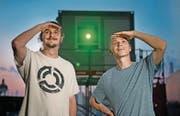 Sie haben die Lichtshow konzipiert: Luca Struchen (links) und Dominik Ruckli. (Bild: Corinne Glanzmann (Luzern, 22. Juni 2017))